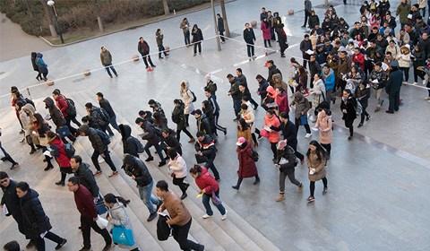 12月10日,山西太原一公务员考点,考生排队准备进入考场。