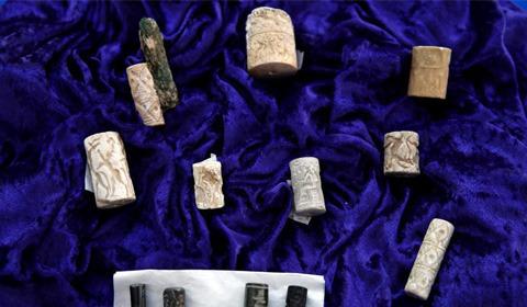 5月2日,美国在发现数千件伊拉克古代文物遭工艺品连锁店Hobby Lobby偷运入境后,于5月2日将其中大约3800件走私文物归还伊拉克当局。