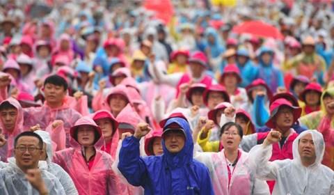 8月15日,在韩国首尔,韩国民众参加和平游行示威。