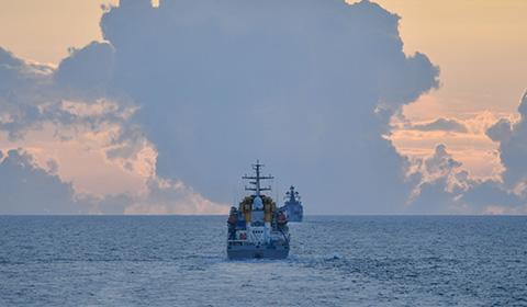9月23日,中俄海军联合军演进入海上演习阶段,两国舰艇进行了对空防御、编队运动等科目演练。