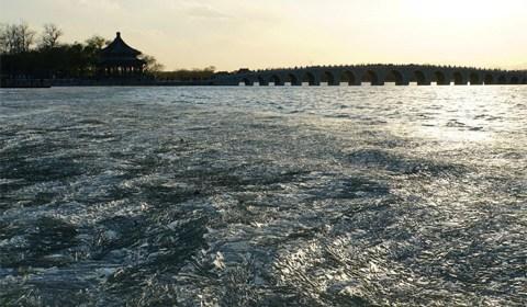 11月22日,北京遭遇大风天气,颐和园昆明湖刚刚结成的冰面被7级大风吹成了冰凌。