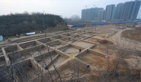 2017年2月19日,河南新郑,考古人员正在发掘现场清理发掘城门遗址。