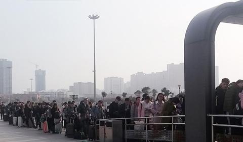 2017年2月19日,郑州市火车站西广场地铁入口前,排队等候进站的学生队伍从地下购票处一直延伸至地面,上百米长的候车队伍形成壮观一幕。