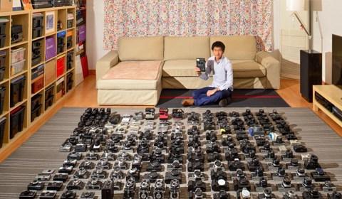 腾空整个客厅,整理40个收纳箱,铺1万张135底片面积大小的灰色地毯,摆满自己收藏的210台古老相机,就为给它们拍张全家福。