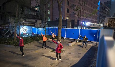 4月2日,在武汉江汉区北湖街环保社区,居民在饭后跳广场舞。