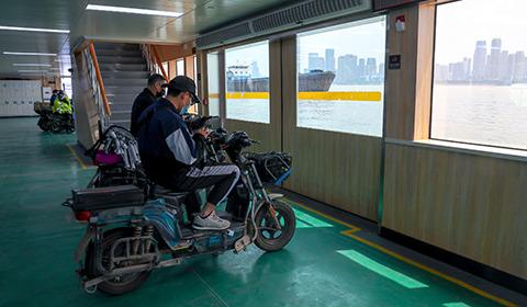 4月8日,菲律宾太阳城申博下载app暂别76天的武汉轮渡正式复航。目前,武汉长江客运轮渡首先恢复了两条市内交通主力航线,武中线和零点航班。