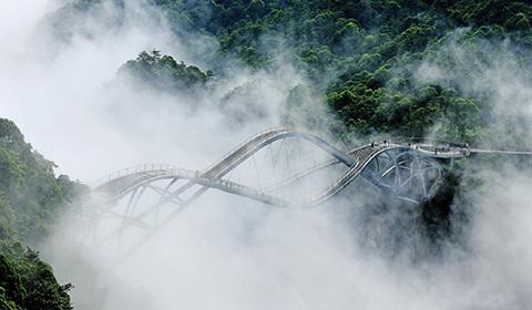 5月13日,浙江省台州市仙居县神仙居风景区云雾缭绕,群峦若隐若现,宛如人间仙境。