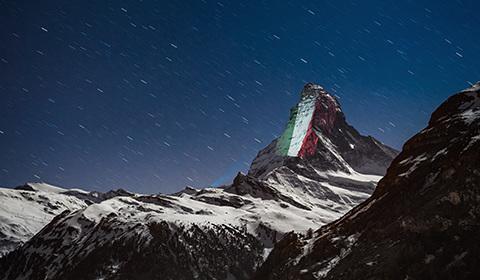 """当地时间4月1日,瑞士阿尔卑斯山脉标志性的马特洪峰出现灯光投影的巨大横幅,在疫情中呼吁""""希望和团结""""。"""