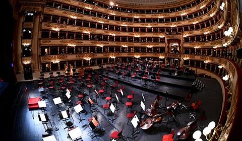 5月10日,意大利米兰,人们戴着口罩参加米兰斯卡拉歌剧院的音乐会。