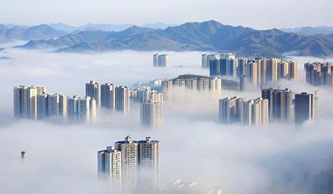 1月5日,贵州毕节迎来大雾天气,整个城市如云中楼阁一般,若隐若现。