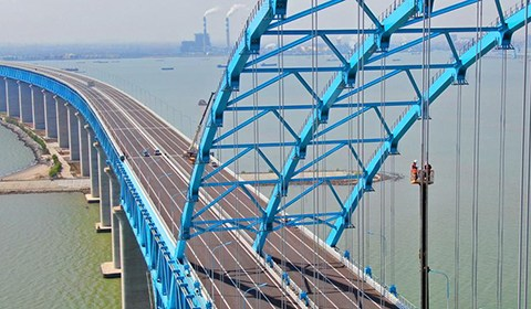 4月2日,工作人员在天生港航道桥高空中为吊索安装压力环传感器,通过传感器感应拱桥吊索的受力情况后进行调索。