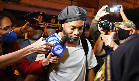 当地时间4月7日,巴西退役足球运动员罗纳尔迪尼奥支付了160万美元的保证金出狱,抵达亚松森的一家酒店,进行监视居住。