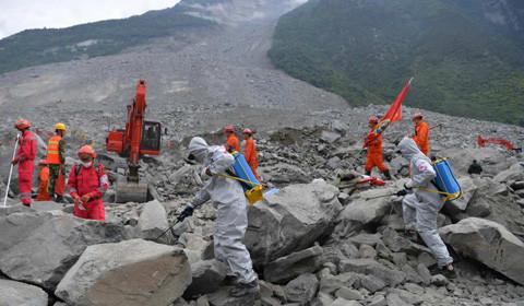 6月26日,大型应急救援专业设备在茂县垮塌核心区域全力进行救援。截至25日14时,救援队已累计发现10名遇难者遗体,失联人员中确认15人安全,失联人员减少至93人。