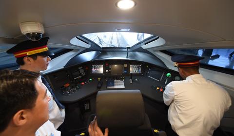 """6月26日,具有完全自主知识产权的中国标准动车组""""复兴号""""在京沪高铁正式双向首发。"""