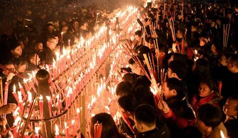 2月15日,除夕夜,四川峨眉山,万余民众从四面八方汇聚报国寺敬香祈福、撞钟,迎接新年的到来,并表达对未来美好生活的期盼。
