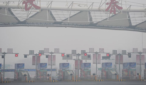1月13日,吉林长春被大雾笼罩,市区出现了能见度小于500米的大雾天气。早5时许,吉林省气象部门连续发布多条大雾预警,省内多地出现能见度小于1000米的大雾。受此影响,多条高速采取关闭措施。