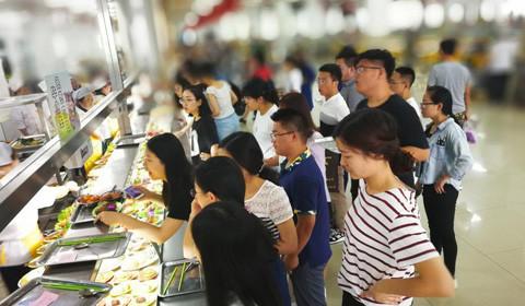 6月26日消息,近日,长春一大学举办了一场毕业生免费晚餐。据了解,吉林大学在2014年举办了首次免费毕业餐活动,包括2荤4素1汤1水。