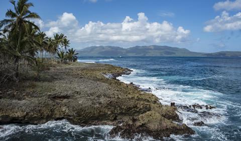 多米尼加共和国,位于加勒比海伊斯帕尼奥拉岛东部,西接海地,南临加勒比海,北濒大西洋,东隔莫纳海峡同波多黎各相望,总面积48442平方公里,首都圣多明各。