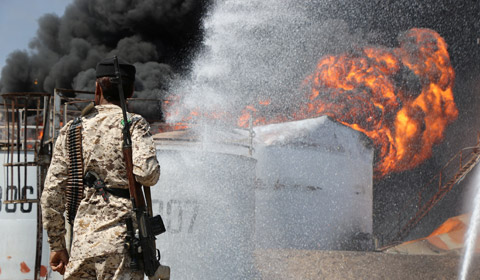 当地时间1月12日,也门亚丁一家炼油厂因油罐爆炸引发的大火仍未扑灭,目前已造成至少15人受伤。