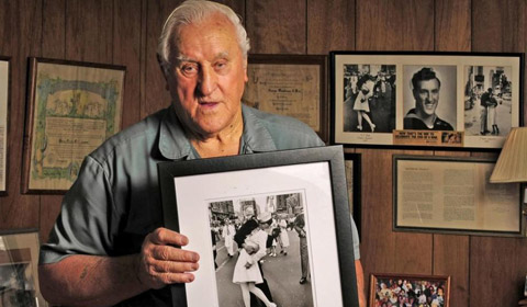 """2月19日消息,据台媒报道,二战经典照片""""胜利之吻""""中的美国水兵门多萨(George Mendonsa)已辞世,享寿95岁。"""