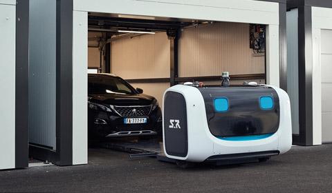 近日,英国伦敦的盖特威克机场宣布将于今年8月开始在机场测试一款停车机器人。?#27599;?#20204;只需要扫描自己的航班信息,把车停到指定位置,机器人就会?#21019;?#36208;汽车,前往机器人停车场,通过人工智能系统寻?#39029;?#20301;,完成停?#31561;��