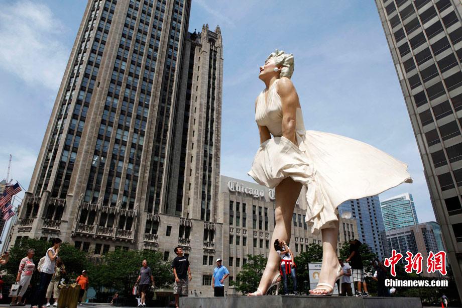 德国汉堡市中心湖面现巨型洗浴美女 中新网