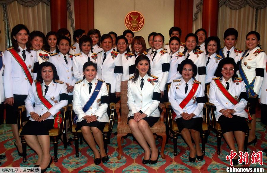 泰国新任总理英拉携家人与民众见面-中新网