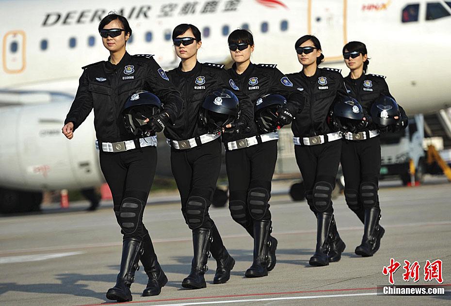 拉萨女警换新装 扮靓古城 中新网