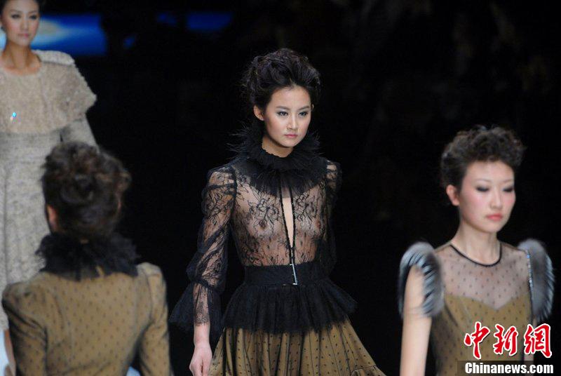 巴西里约时装周上的惹火透视装 中新网