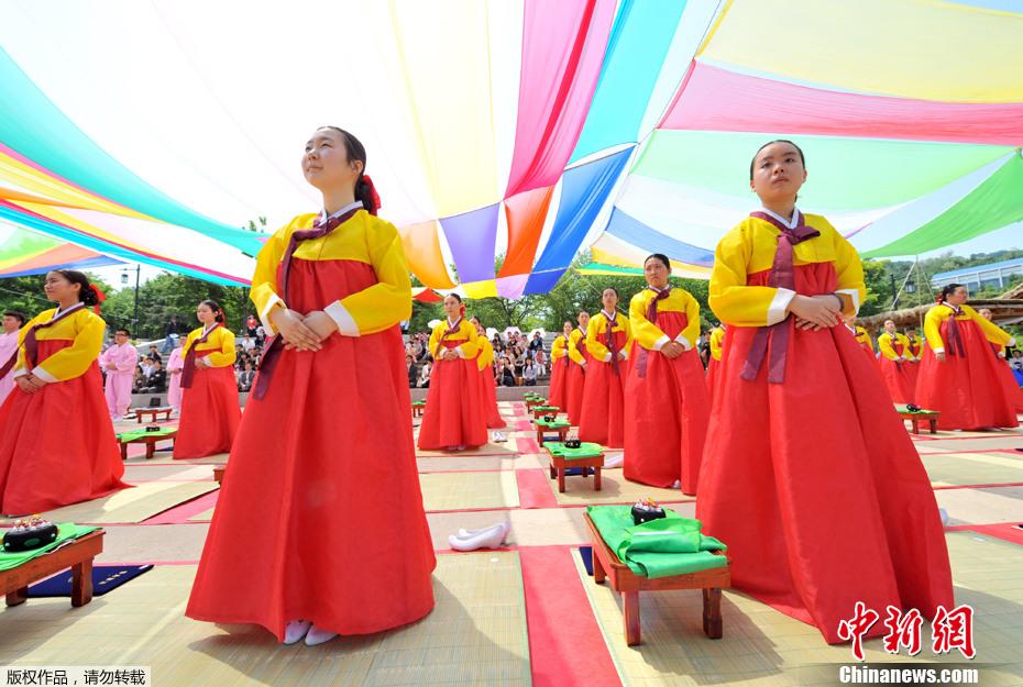 西安举行汉服成人礼 加冠祭酒穿越千年