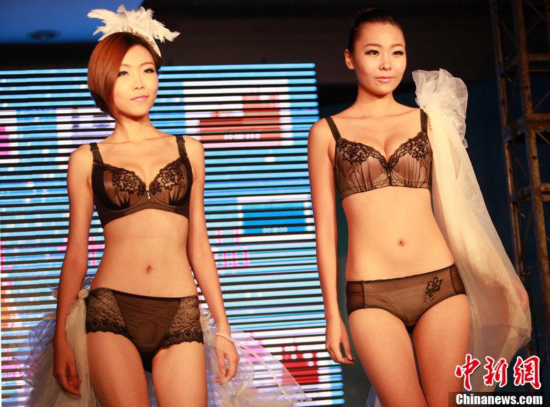 2012西安性博会开幕 模特展示性感内衣 中新网