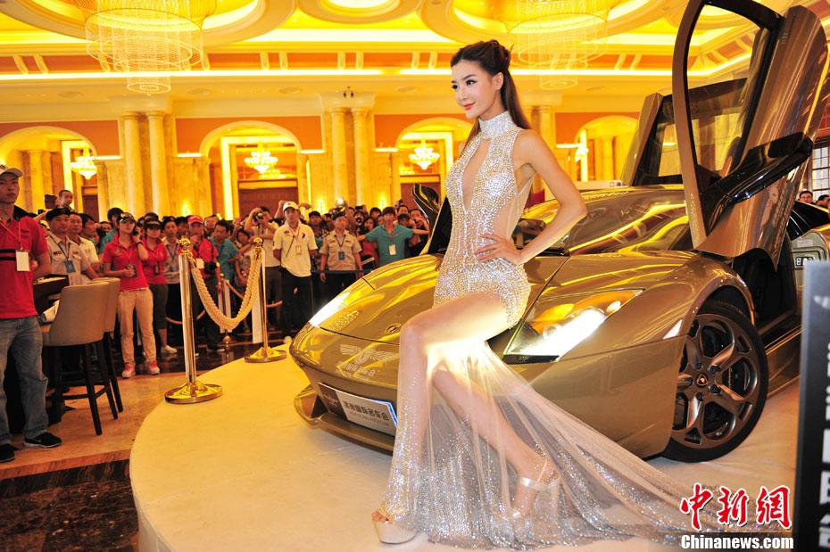 水钻透视裙亮相Chinajoy 模特性感火爆叫板李颖