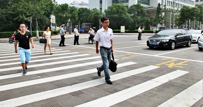 上海新版交规明施行:机动车不礼让行人将被扣分罚款
