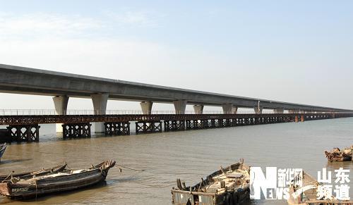 青岛海湾大桥主体工程将完工 明年通车