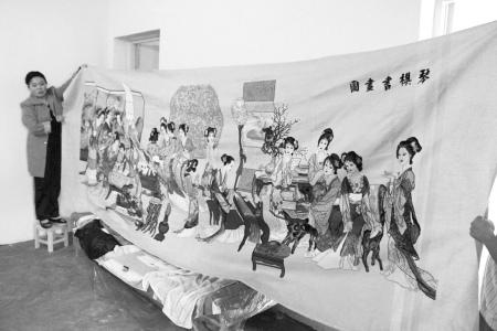 十字绣 周晓英/周晓英展示她刺绣的巨幅《琴棋书画图》