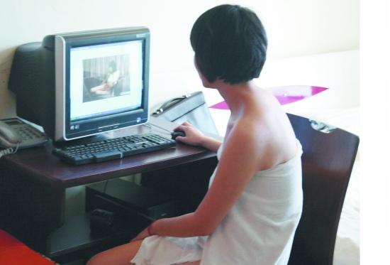 网上组织少女裸体摄影 三成人认为近似色情(图