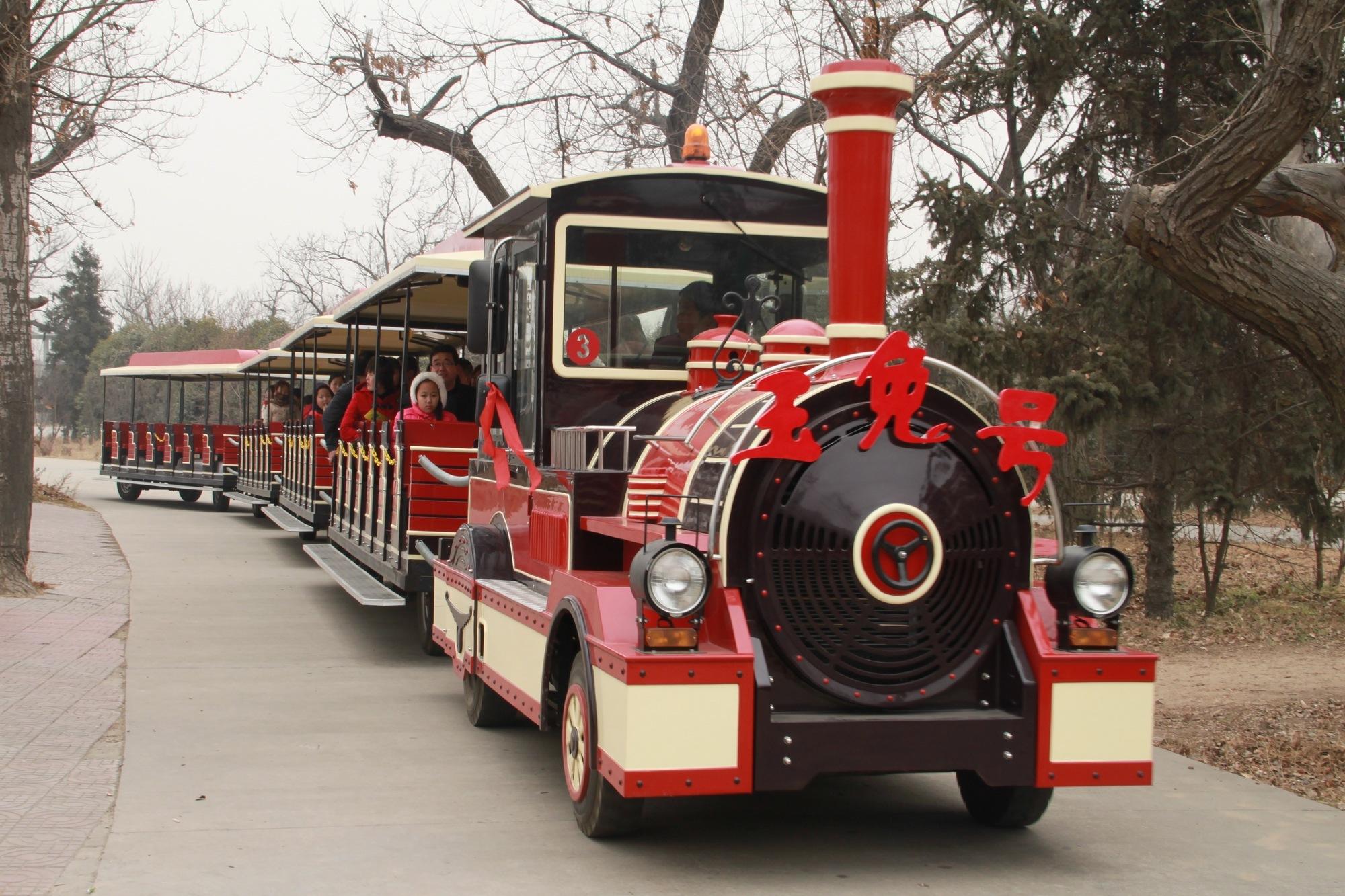 """兔年春节,西安秦岭野生动物园里的小火车也命名为""""玉兔号"""". 金鑫摄"""