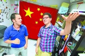 洋小伙给北京写情歌网络飚红羊肉串后海成背景