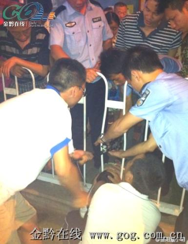 男童 护栏 两岁/马路中间,两岁男童头卡护栏中,民警的哥用千斤顶将他救出。...