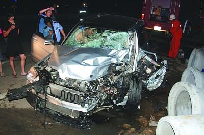 奔驰 车道/奔驰车撞后惨相。...
