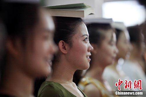 60位美女紧张训练迎网游大部为女大学生(图美女图片中博图片