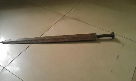 江西工人船上捡到战国青铜古剑图片