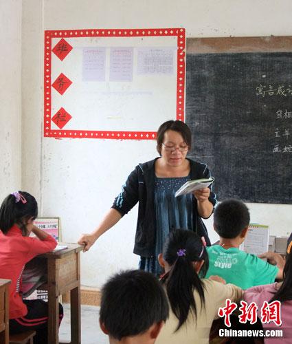 山区小学女教师患脑肿瘤仍讲课20万手术费无着落
