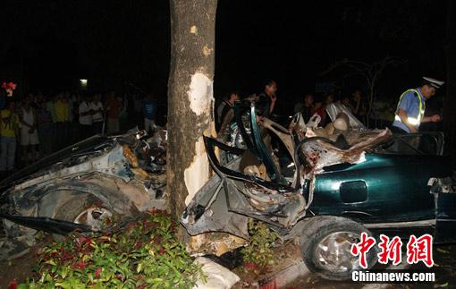 北海一轿车飞撞大树致5人死伤车内发现砍刀(图)