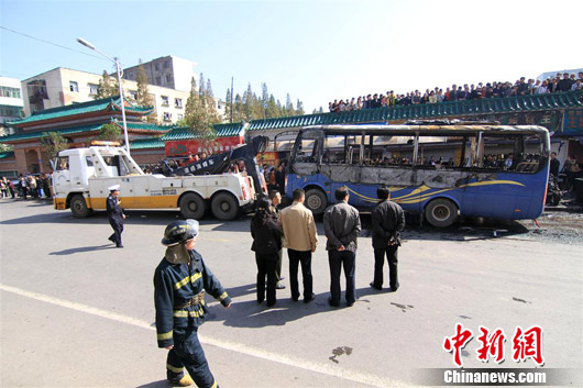湖北荆州一公交车起火燃烧致1死1伤(图)