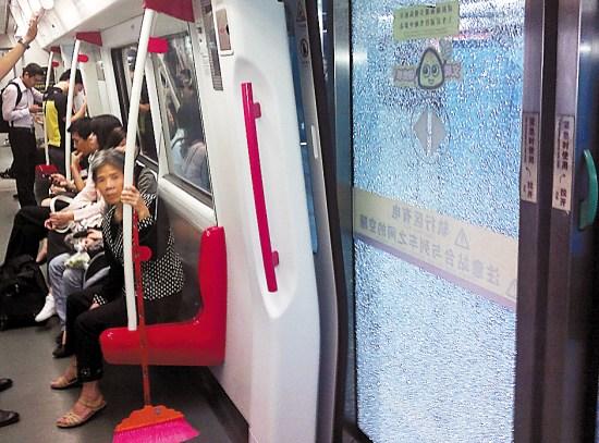 广州地铁 屏蔽门/27日晚,广州地铁五号线大沙地站往文冲方向的月台出现屏蔽门...