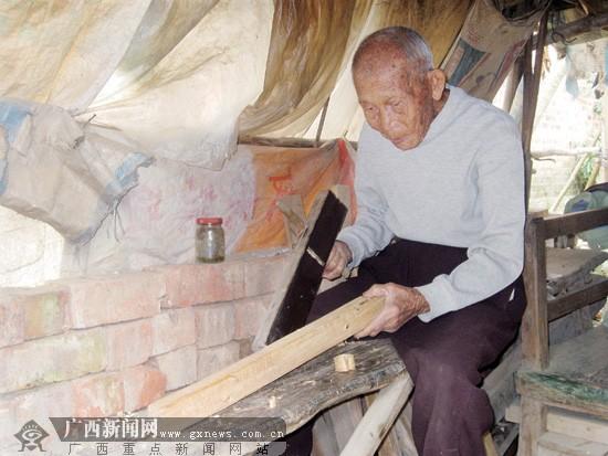 98岁老人领木工活挣钱 一副木梯2天时间完工(