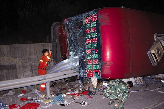 大巴失控侧翻被护栏割裂车体致3人死亡(图)