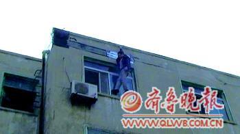 160斤重男四楼跳下两消防员徒手接住三人均无恙