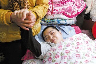 丈夫因抢救无效身亡,她颈椎骨折脱位,脊髓损伤,所幸腹中胎儿生命体征